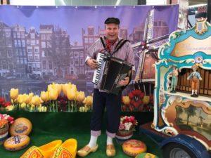 Holland-in-een-Notendop-zwijndrecht-draaiorgel-accordeonist-reuzeklompen-tulpen-kazen-huren-koningsdag-1024x768